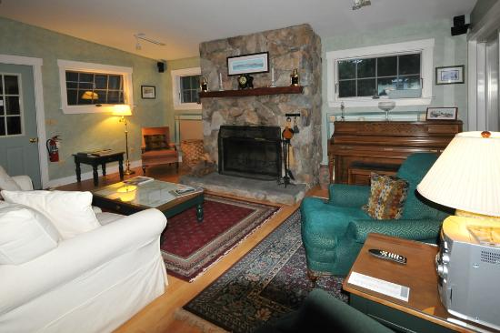 Greenleaf Inn at Boothbay Harbor: Greenleaf Inn lounge
