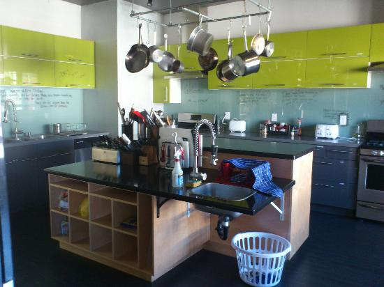 Hostelling International San Diego Downtown: clean kitchen