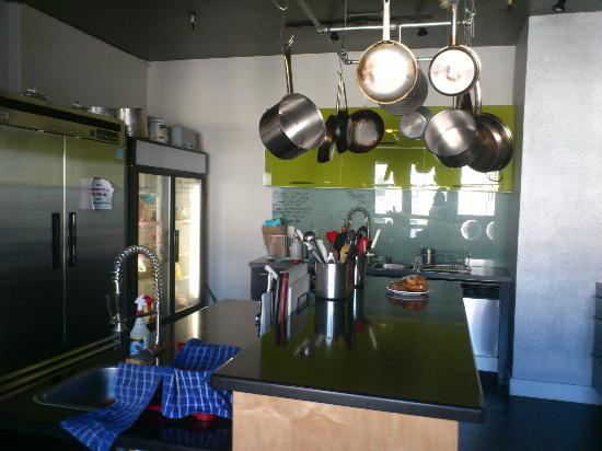 Hostelling International San Diego Downtown: kitchen