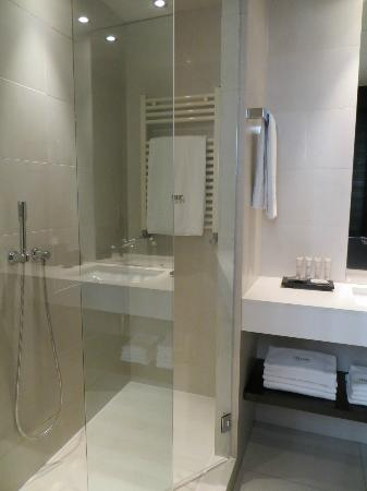 Hotel Murmuri Barcelona: bathroom shower