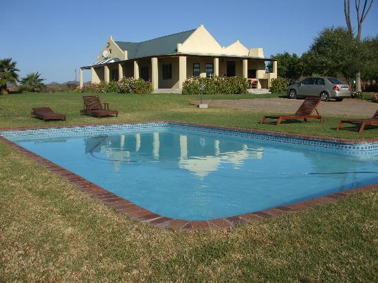 De Denne Country Guest House: The accommodation and pool area