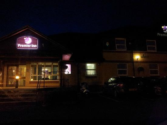 Premier Inn Barnstaple: Premier Inn entrance at night