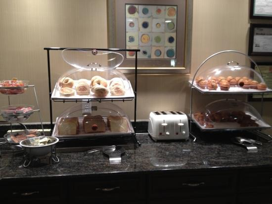 La Quinta Inn &amp; Suites Savannah Airport - Pooler: Breakfast Buffet