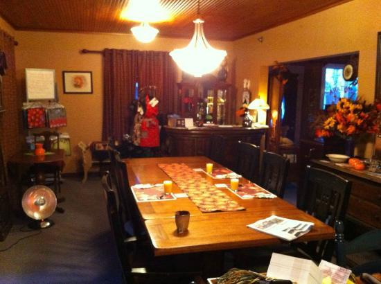 Alberton, Монтана: Dining room and front desk