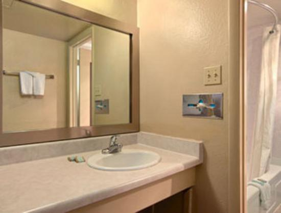 Travelodge Flagstaff: Bathroom