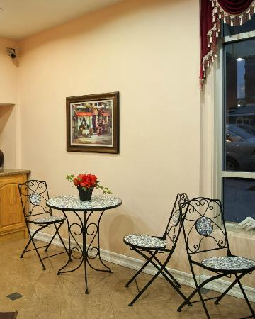 Harborview Inn and Suites: Our Breakfast Nook Area
