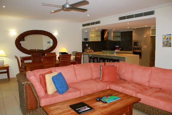 Mandalay & Shalimar Luxury Beachfront Apartments: lounge and kitchen