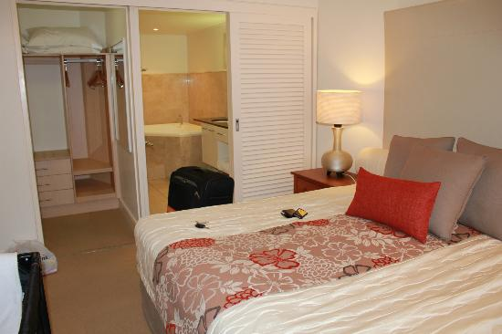 Mandalay & Shalimar Luxury Beachfront Apartments : master room with walk in robe and ensuite