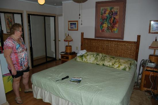 Ocean Breeze Hideaway: King size bed, ample storage, mini fridge