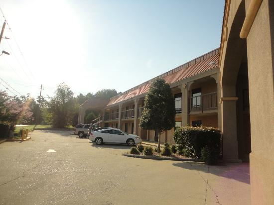 Comfort Inn: Side view of hotel