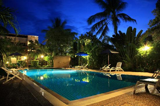 Thip Residence Boutique Hotel: swimming pool at night