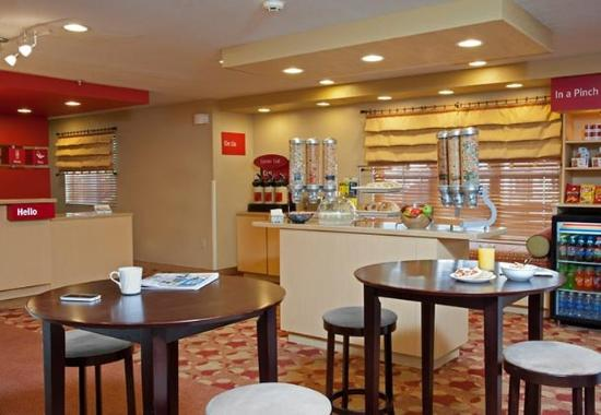 TownePlace Suites Indianapolis Keystone: Breakfast Area