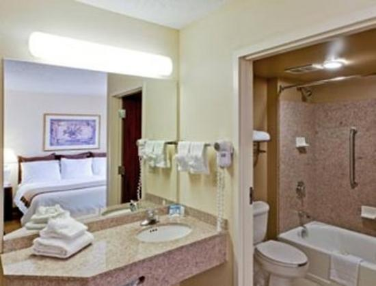 Hawthorn Suites by Wyndham Midwest City Tinker/Air Base: Bathroom