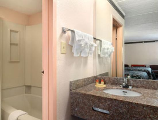 Days Inn &amp; Suites: Bathroom