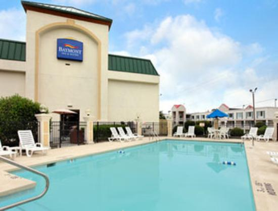 Baymont Inn & Suites Greensboro / Coliseum: Pool