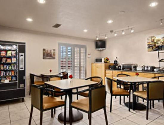Days Inn Granbury: Breakfast Area