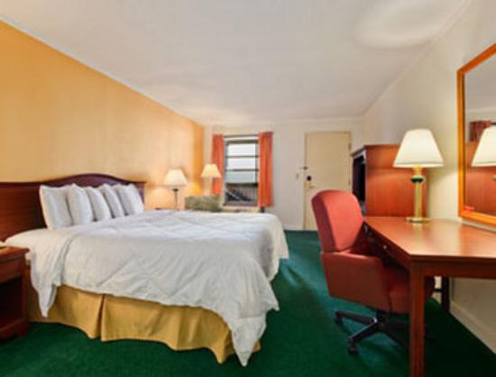 Days Inn Salem: Standard King Bed Room with Micro/Fridge