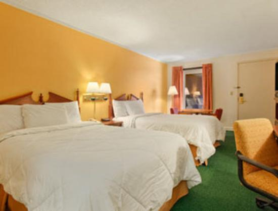 Days Inn Salem: Standard Two Double Bed Room with Micro/Fridge
