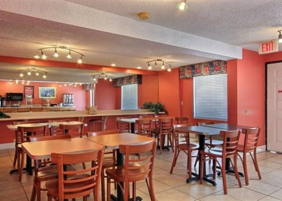 Econo Lodge: GAEconolodge Pooler Breakfast Area