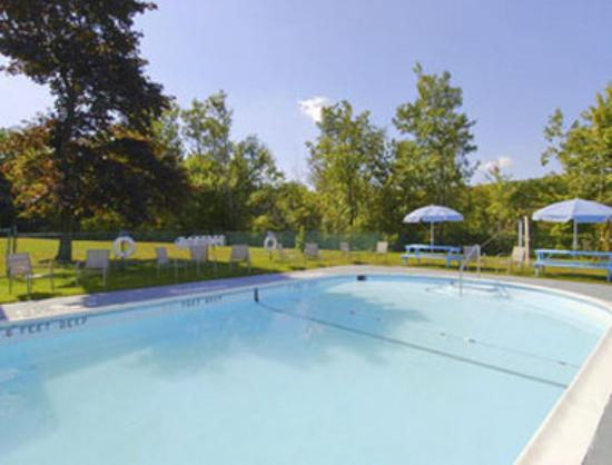 Howard Johnson Inn Liberty: Pool