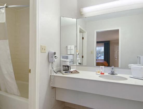Ramada Limited Tucson West: Bathroom