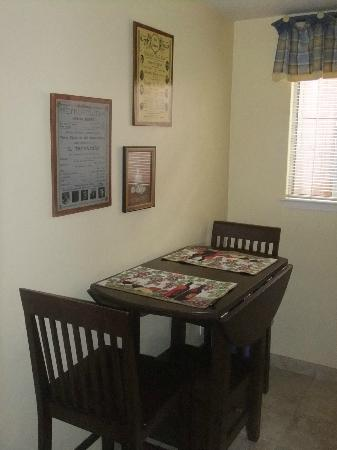 Edgemere Cottages: Dining Area