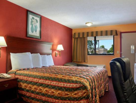 Super 8 Strongsville: Standard King Bed Room
