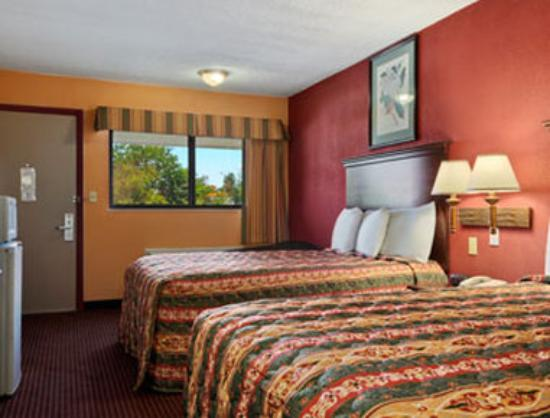 Super 8 Strongsville: Standard Two Queen Bed Room