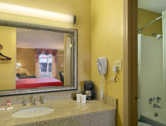 Super 8 Milledgeville: Bathroom