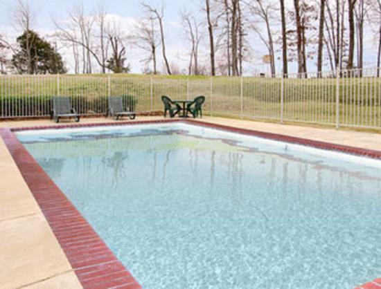 Super 8 Booneville: Seasonal Outdoor Pool