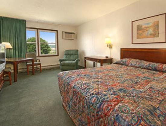 Denison, IA: Standard Queen Bed Room