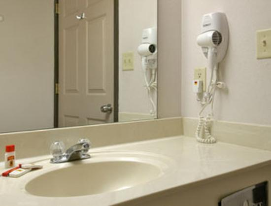 Super 8 Motel - Olive Branch: Bathroom