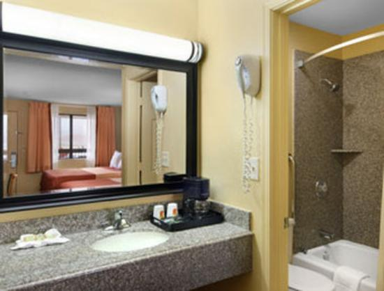 Super 8 Motel - Tulsa: Bathroom
