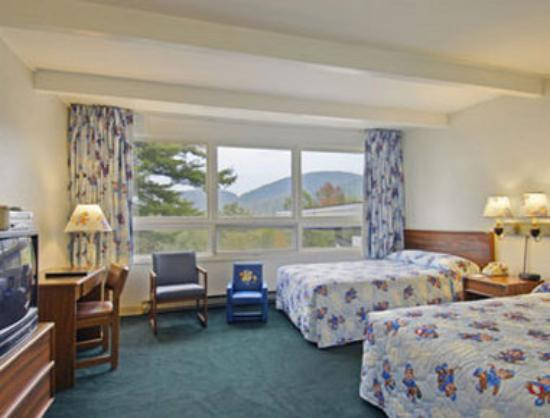Travelodge Lake George: Sleepy Bear Room with Two Double Beds