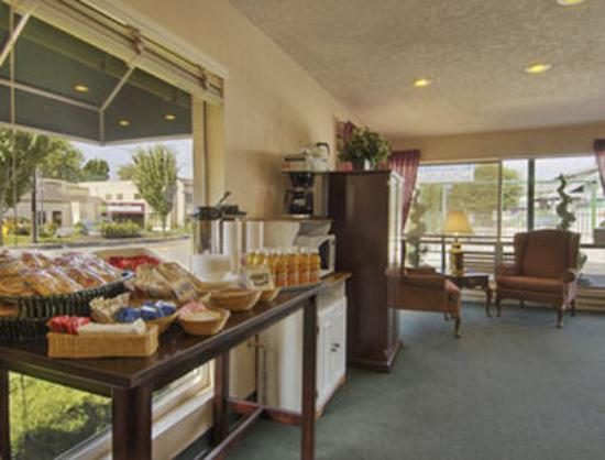 Travelodge Salem: Breakfast Area
