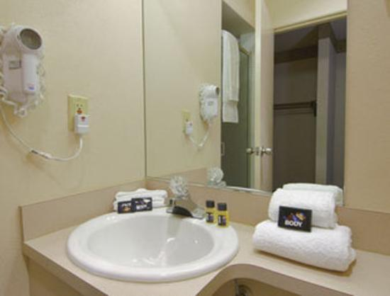 Travelodge Salem: Bathroom