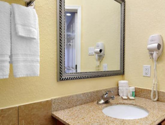 Baymont Inn &amp; Suites: Bathroom