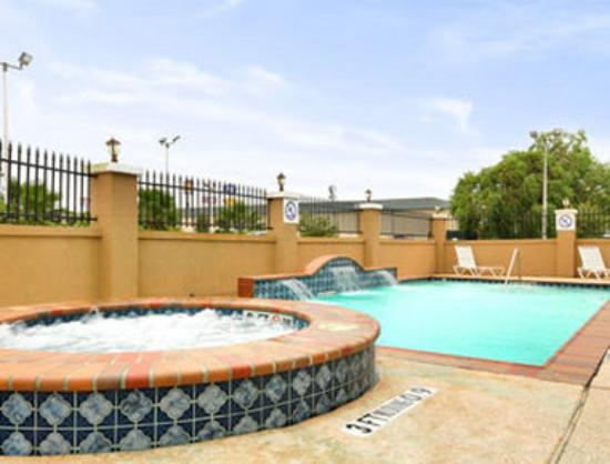 Baymont Inn &amp; Suites: Pool