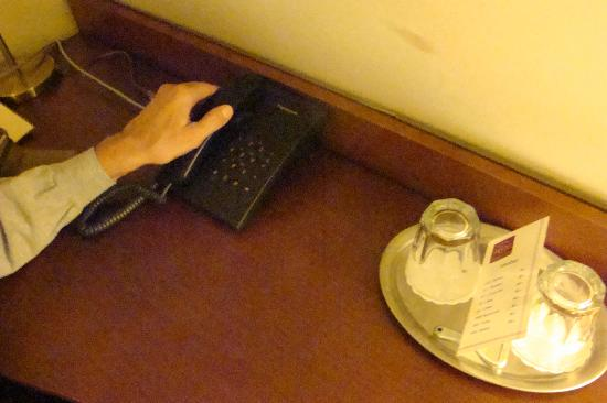 Hotel Villa: Antiquated phone. It probably works.