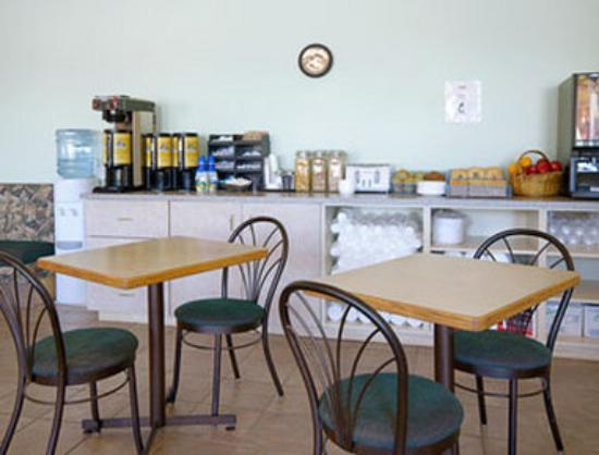 Super 8 Invermere: Breakfast Area