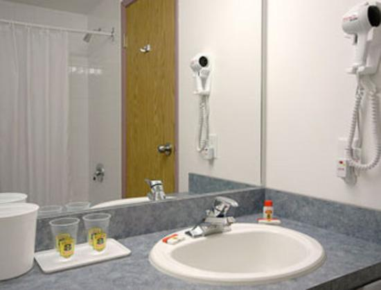 Super 8 Invermere: Bathroom