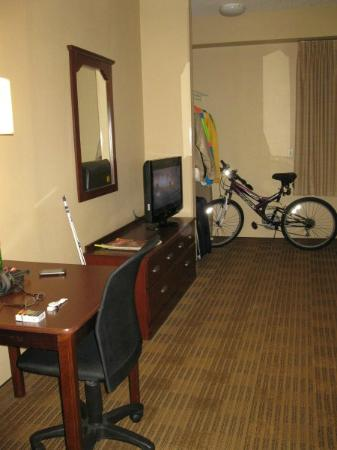 Extended Stay America - Long Island - Bethpage: TV/Table