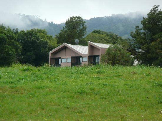 Poas Volcano Lodge: the lodge from the driveway