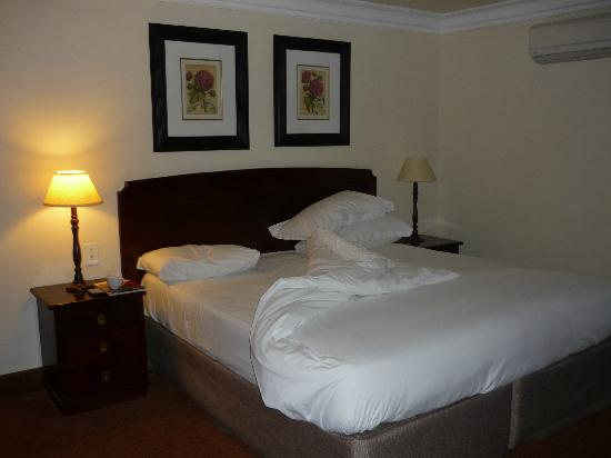 Faircity Falstaff Hotel: My bed complete with wee package of smellies