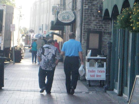Inn at Ellis Square: Yes that was the real Danny Devito and Jack Nicholson walking down at Riverwalk at 10am!