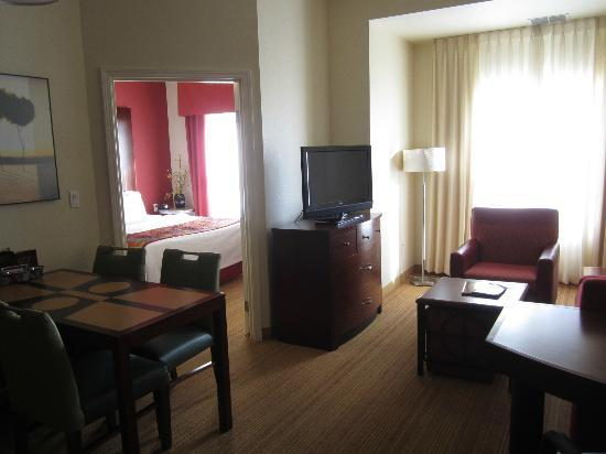Residence Inn Albuquerque Airport: Living room and first bedroom