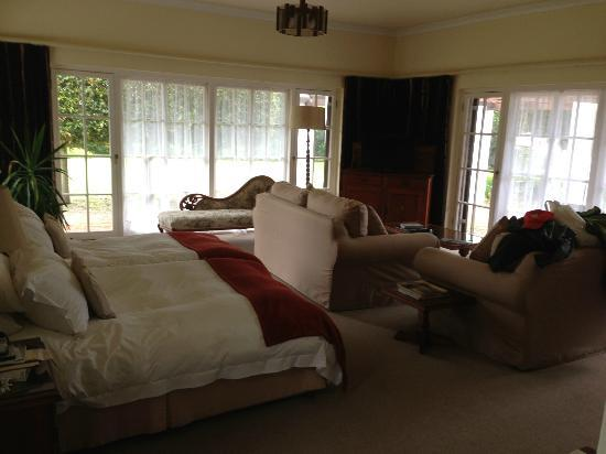 Whale Rock Lodge: large comfortable room