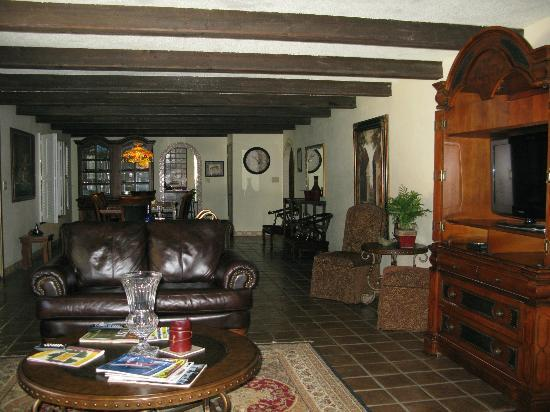 Spanish Villa Inn: Living Room
