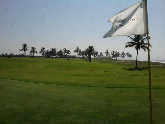 Wyndham Estrella Del Mar Resort Mazatlan: Golf course - view from one of the greens along the beach