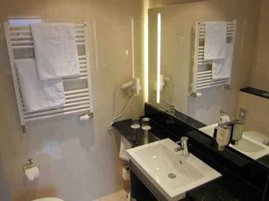 InterCityHotel Mannheim: Bathroom